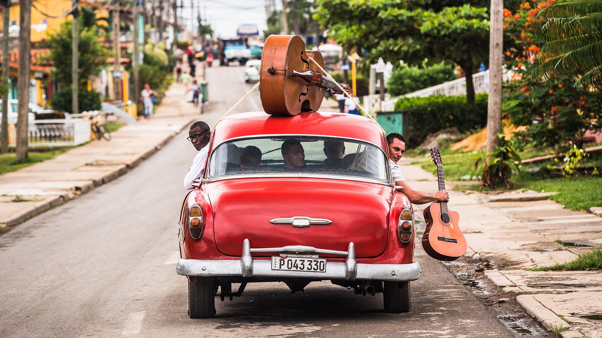 Kubanische Musiker in altem Auto